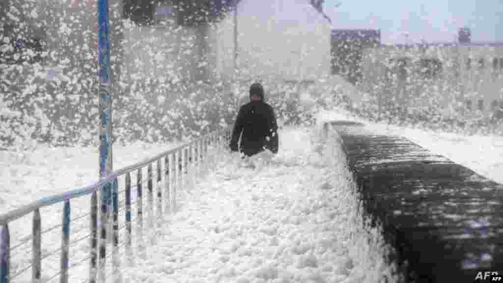 폭풍 '데니스'가 강타한 프랑스 서부 해안도시 셍게놀레에서 물보라가 도로를 뒤덮었다.