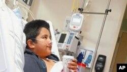 Fotografía facilitada por Yessica González de su hijo, Francisco Rosales, de 9 años, en el Centro Médico Infantil de Dallas, Texas. Francisco fue ingresado con COVID-19; un día antes debía comenzar sus clases de cuarto grado de primaria.