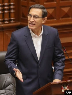Imagen del folleto difundido por la Presidencia peruana que muestra al presidente Martín Vizcarra presentando una declaración en el Congreso donde enfrenta un juicio político, en Lima el 18 de septiembre de 2020.