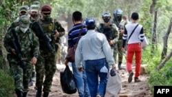 Miembros de las Fuerzas de Seguridad colombianas montan guardia en las 'trochas', senderos ilegales en la frontera entre Colombia y Venezuela, cerca del Puente Internacional Simón Bolívar en Cúcuta, Colombia, el 17 de octubre de 2020.