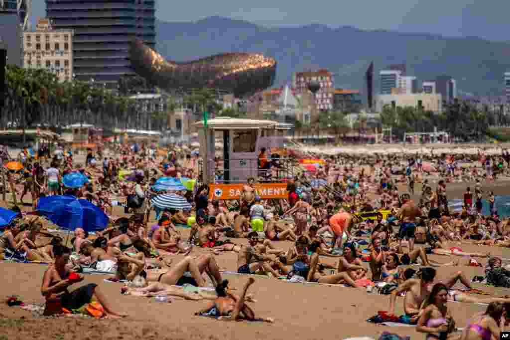 هجوم مردم به ساحل بارسلون، در هوای گرم و آفتابی این بخش از اسپانیا