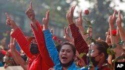 2021年2月7日數千緬甸仰光民眾抗議軍政府政變。(照片來自美聯社)