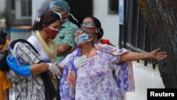 დელის ერთ-ერთ საავადმყოფოსთან ქალი გარდაცვლილ ვაჟიშვილს გლოვობს