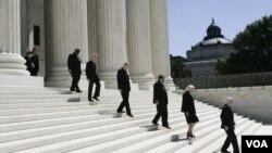 ARCHIVO - Los magistrados de la Corte Suprema bajan las escaleras del frente del edificio del tribunal, en Washington DC, el 7 de septiembre de 2005.