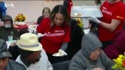 Обед для бездомных в День благодарения