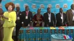Biya vote lors de l'élection au Cameroon (vidéo)