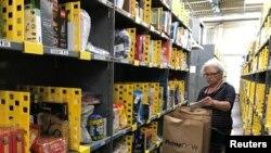 Un empleado recolecta artículos pedidos por clientes de Amazon.com en un almacén en San Francisco, el 20 de diciembre de 2017.