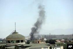 Una columna de humo se eleva junto a la embajada de Estados Unidos en Kabul, Afganistán, el 15 de agosto de 2021.