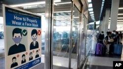 資料照片:芝加哥國際機場入境地區要求旅客佩戴口罩的告示(2020年7月2日)