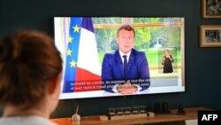 គ្រួសារបារាំងមួយមើលសុន្ទរកថារបស់លោក Emmanuel Macron ប្រធានាធិបតីបារាំង អំពីស្ថានភាពពាក់ព័ន្ធនឹងជំងឺកូវីដ១៩ កាលពីថ្ងៃទី១៤ ខែមិថុនា ឆ្នាំ២០២០។