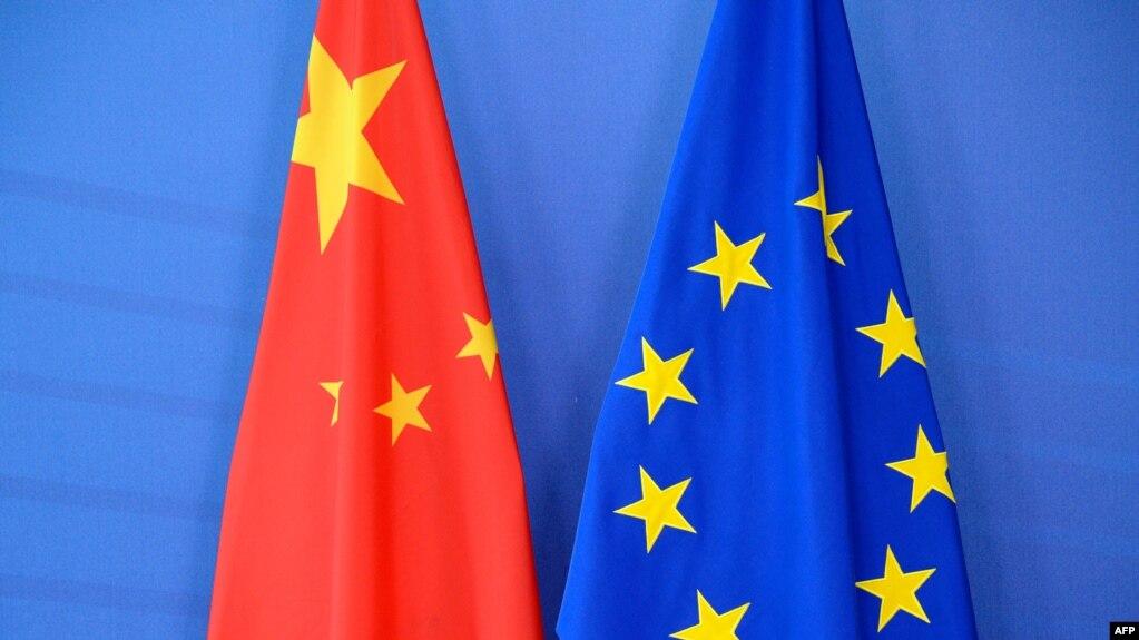 资料照片-在布鲁塞尔欧盟委员会总部举行的欧盟-中国峰会上摆放的中国国旗(左)和欧盟旗。(2015年6月29日)(photo:VOA)