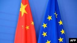 资料照片-在布鲁塞尔欧盟委员会总部举行的欧盟-中国峰会上摆放的中国国旗(左)和欧盟旗。(2015年6月29日)