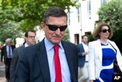 마이클 플린 전 백악관 국가안보보좌관이 지난해 6월 연방법원에 출석했다. 오른쪽은 시드니 파웰 변호사.
