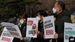 Južnokorejski demonstranti drže transparente tokom protesta protiv zajedničkih vojnih vježbi Južne Koreje i SAD, u blizini predsjedničke Plave kuće u Seulu, Južna Koreja, 8. marta 2021.