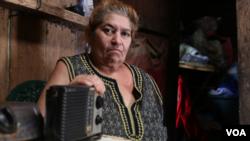 Campesina nicaragüense sostiene su radio, su único medio para informarse.