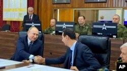 Presiden Rusia Vladimir Putin (kiri) bertemu dengan Presiden Suriah Bashar Assad (tengah) di Damaskus, Suriah, 7 Januari 2020.