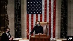 낸시 펠로시 미국 연방 하원의장이 13일 하원 전체회의에서 도널드 트럼프 대통령 탄핵안 표결 결과를 발표하고 있다.