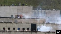 Gas air mata terlihat di penjara Turi tempat kerusuhan narapidana di Cuenca, Ekuador, Selasa, 23 Februari 2021. Kerusuhan mematikan terjadi di penjara-penjara di tiga kota di seluruh negeri karena perkelahian antara geng-geng yang bersaing, menurut polisi. (Foto: AP)