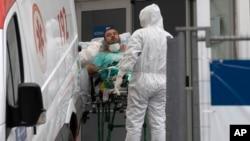 Brezilya'nın Rio de Janeiro kentinde Corona enfeksiyonu belirtileri gösteren bir hasta, ambulansla hastaneye kaldırılıyor.