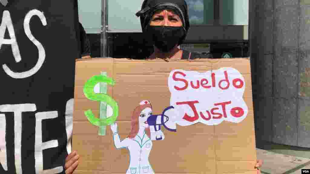 """""""Nos estamos sintiendo reprimidos. Nos estamos sintiendo destruidos porque no estamos a la par de los educadores del mundo"""", apuntó Alex Azuaje, presidente del Sindicato de Trabajadores de la Educación de Caracas, a la VOA en la protesta."""