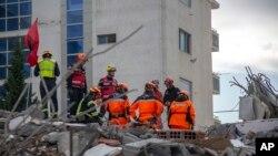 Tim penyelamat dari Perancis dan Swiss berada di sebuah bangunan yang runtuh setelah gempa berkekuatan 6,4 SR di Durres, Albania barat, 29 November 2019. (Foto: AP)