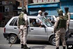 سیکیورٹی اہل کار سری نگر میں ایک شخص کو روک کر اس سے پوچھ گچھ کر رہے ہیں۔