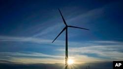 ARHIVA - Turbina na vetar u Spirvilu u Kanzasu, 13. januara 2021. Nove studije pokazuju da zbog pada cena alternativnih izvora energije, plan predsednika Bajdena o prestanku upotrebe uglja može da se ostvari po nižoj ceni nego što se ranije mislilo.