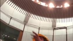 示威者梁繼平7 月1 日晚佔領立法會議事廳發表宣言。(視頻來源:臉書 Marcus Lau)