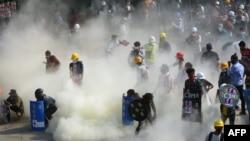 Arhiva - Demonstranti reaguju na suzavac koji je ispalila policija tokom demonstracija protiv vojnog puča u sjeverozapadnom gradu Kalaju, Mjanmar, 2. marta 2021.