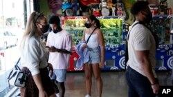 Para pengunjung mengenakan masker di kawasan perbelanjaan di tengah lonjakan kasus COVID-19 varian Delta di Los Angeles, California (foto: dok).
