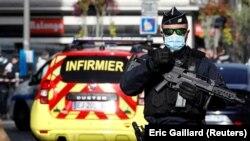 Un agent de sécurité surveille la zone après une attaque au couteau signalée à l'église Notre Dame de Nice, en France, le 29 octobre 2020.
