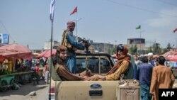 အာဖဂန္ကို ထိန္းခ်ဳပ္ၿပီးေနာက္ ကဘူးျမဳိ႕မွာ ေတြ႕ရသည့္ တာလီဘန္မ်ား (Aug. 17, 2021)