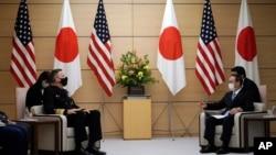 美国印太司令部司令戴维森海军上将(左)在东京的首相办公室与日本首相菅义伟)举行会谈。(2020年10月22日)