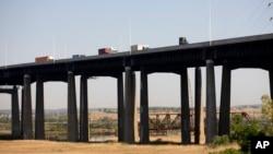 Saobraćaj se odvija preko mosta u Nju Džerziju, 18. maja 2021.