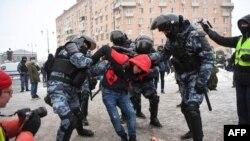 La policía antidisturbios detiene a un hombre durante un mitin en apoyo del encarcelado líder opositor Alexei Navalny en Moscú, Rusia, el 31 de enero de 2021.