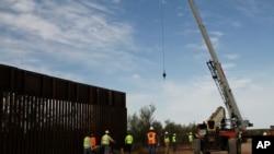 Radnici rade na postavljanju nove barijere na granici 32 kilometar zapadn od Santa Tereze, Novi Meksiko, 23. avgusta 2019.