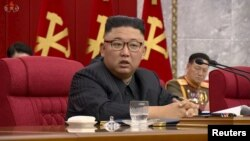 រូបឯកសារ៖ មេដឹកនាំកូរ៉េខាងជើង លោក Kim Jong Un ថ្លែងនៅក្នុងកិច្ចប្រជុំគណៈកម្មាធិការមជ្ឈិមបក្សលើកទី៨ កាលពីថ្ងៃទី១៦ ខែមិថុនា ឆ្នាំ២០២១។