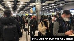 لندن کے ہیتھرو ایئر پورٹ کے ٹرمینل پانچ پر مسافر اپنی باری کا انتظار کر رہے ہیں۔ 22 جنوری 2021
