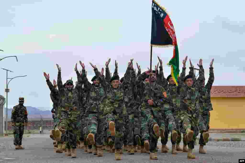 아프가니스탄 헤라트 구자라 지역의 기지에서 군인들이 행진하고 있다.