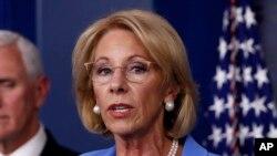Tư liệu- Bộ trưởng Giáo dục Mỹ Betsy DeVos phát biểu tại Phòng Báo chí James Brady ngày 27/3/2020, ở Washington.