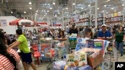 Në Florida, njerëzit blejnë ushqime dhe ujë në pritje të uraganit