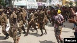 Des soldats du gouvernement éthiopien et des prisonniers de guerre en uniformes militaires marchent dans les rues de Mekelle, la capitale de la région du Tigré, en Éthiopie, le 2 juillet 2021.