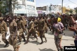 Tentara Ethiopia mengawal beberapa tawanan perang di Mekelle, ibu kota kawasan Tigray (foto: dok).