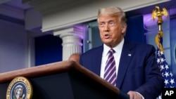 El presidente Donald Trump se dirige a los periodistas, durante una comparecencia celebrada este viernes en la Casa Blanca.