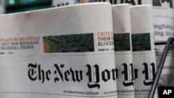 Harian New York Times di kios surat kabar di Hong Kong, 15 Juli 2020. (AP Photo/Kin Cheung)