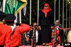 Presiden Baru Tanzania Samia Suluhu Hassan, menginspeksi parade militer di gedung negara bagian di Dar es Salaam, Tanzania pada 19 Maret 2021. (Foto: AFP)
