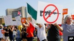 Al menos 51 estadounidenses fueron asesinados en tiroteos masivos solo en agosto, indicaron los líderes legislativos demócratas Nancy Pelosi y Chuck Schumer.