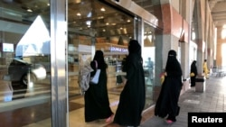 سعودی عرب میں خواتین کو با اختیار بنانے کے لیے متعدد اقدامات کیے جا رہے ہیں۔ (فائل فوٹو)