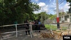 Agentes policiales resguardan las barricadas en las cercanías de la residencia presidencial de la pareja de Daniel Ortega y Rosario Murillo en Managua, Nicaragua. [Foto: Daliana Ocaña/VOA].