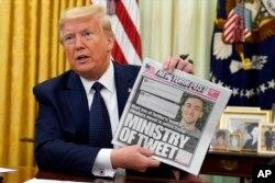 도널드 트럼프 미국 대통령이 지난달 28일 소셜미디어 콘텐츠를 단속하는 권한을 부여하는 행정명령에 서명하기 전 트위터의 팩트체크 경고를 다룬 '뉴욕 포스트' 신문을 들어보이고 있다.